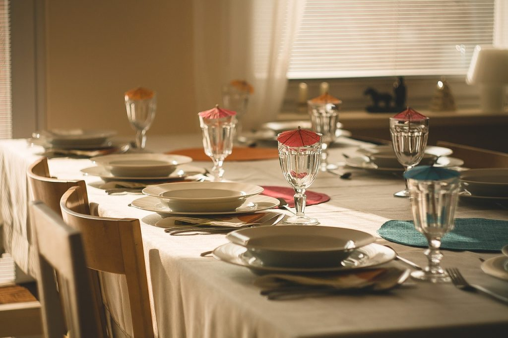 tavolo da pranzo apparecchiato